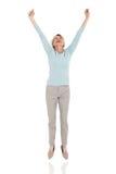 Glückliches älteres Frauenspringen stockfoto