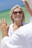 Glückliches älteres Paar-Tanzen auf einem tropischen Strand Stockbilder
