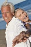 Glückliches älteres Paar-Tanzen auf einem tropischen Strand Stockfotografie
