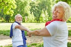 Glückliches älteres Paartanzen in der Natur Lizenzfreie Stockbilder