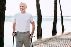 Glückliches übendes Sportgehen des älteren Mannes lizenzfreie stockfotografie