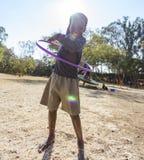 Glückliches afrikanisches Kind Hoolahoop Stockfoto