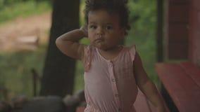 Glückliches afro-amerikanisches Baby stock video