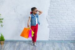 Glückliches Afromädchen mit Einkaufstaschen Stockbilder
