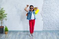 Glückliches Afromädchen mit Einkaufstaschen Stockfotografie