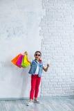 Glückliches Afromädchen mit Einkaufstaschen Lizenzfreie Stockbilder