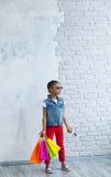 Glückliches Afromädchen mit Einkaufstaschen Stockbild