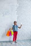 Glückliches Afromädchen mit Einkaufstaschen Lizenzfreies Stockfoto