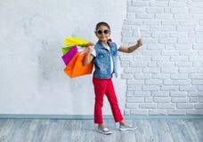 Glückliches Afromädchen mit Einkaufstaschen Lizenzfreie Stockfotografie