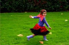 Glückliches Alter 05 des kleinen Mädchens kleidete oben als Damenwanze an Stockfotografie