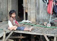 Glückliches Armelächelnmädchen in traditionellem Dorf Asiens, Kambodscha Lizenzfreies Stockfoto