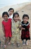 Glückliches armes Mädchen in tropischem Asien-Dorf Stockbild