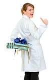Glückliches Arztfrauenholdinggeschenk hinter ihr Stockfotografie