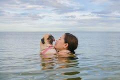 Glückliches Asiatinmädchen-Umarmungsspiel untergetaucht im StrandMeerwasser stockbilder