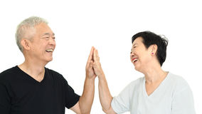 Glückliches asiatisches älteres Paarhändchenhalten auf weißem Isolat backgro Stockbilder