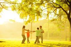 Glückliches asiatisches Familienspielen Lizenzfreies Stockfoto
