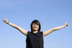 Glückliches asiatisches jugendlich Mädchen draußen Lizenzfreies Stockfoto