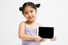 Glückliches asiatisches Kind, das Tablet-Computer hält Stockfotografie