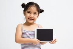 Glückliches asiatisches Kind mit Tablet-Computer Lizenzfreie Stockfotos
