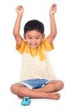 Glückliches asiatisches Lächeln und Show des kleinen Jungen übergeben Erfolg Lizenzfreie Stockbilder