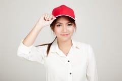 Glückliches asiatisches Mädchen mit rotem Hut stockfoto
