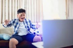 Glückliches aufgeregtes des asiatischen Jungen erstaunt überrascht überraschte nettes stockfoto