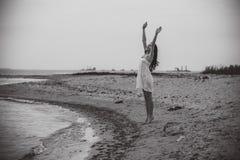 Glückliches aufgeregtes Lächeln der Frau auf Strand Lizenzfreies Stockfoto