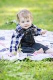 Glückliches Baby auf Decke Stockfotos