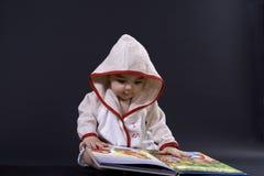 Glückliches Baby auf Geschichtenzeit stockfotografie