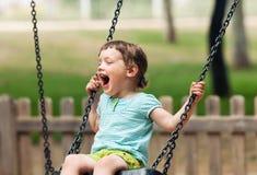 Glückliches Baby auf Schwingen Stockfotografie