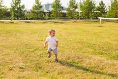 Glückliches Baby, das auf Sommerfeld läuft lizenzfreie stockfotografie