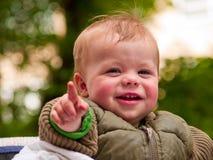 Glückliches Baby, das mit Freude lacht Stockbild