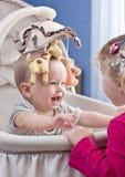 Glückliches Baby, das mit seiner Schwester spielt Lizenzfreies Stockbild