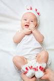 Glückliches Baby gekleidet in gestricktem Häschenkostüm Stockbild