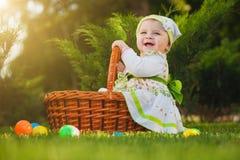 Glückliches Baby im Korb im grünen Park lizenzfreie stockfotografie