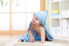 Glückliches Baby im Tuch, das zu Hause auf Boden kriecht Lizenzfreies Stockfoto