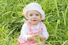 Glückliches Baby mit blauen Augen stockbilder