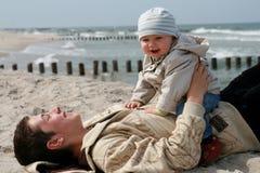 Glückliches Baby mit Bruder stockfotografie