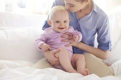 Glückliches Baby mit Mutter Lizenzfreie Stockfotos