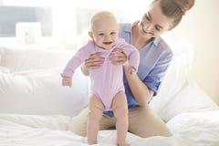 Glückliches Baby mit Mutter Stockbild