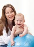 Glückliches Baby mit seiner Mutter Stockbild