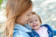Glückliches Baby in seinem mother& x27; s-Hände Stockbild