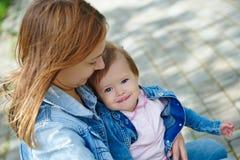 Glückliches Baby in seinem mother& x27; s-Hände Lizenzfreies Stockfoto