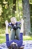 Glückliches Baby und Mutter lizenzfreie stockbilder