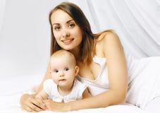 Glückliches Baby und Mutter des Porträts Stockfotos
