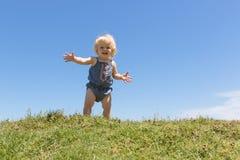 Glückliches Baby verbreitet ihr Armbegrüßen lizenzfreie stockfotografie