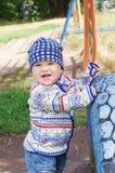 Glückliches Babyalter von 10 Monaten draußen Stockfotos