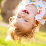 Glückliches Babyspielen umgedreht Stockbild