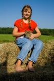 Glückliches Bauernhofmädchen und ihre Katze. Lizenzfreie Stockfotografie