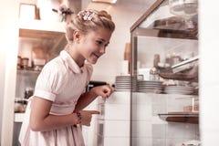 Glückliches begeistertes Mädchen, welches die Anzeige betrachtet lizenzfreies stockfoto